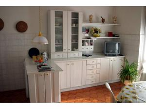 Cucina bianca in legno laccato opaco