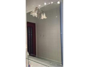 Specchio bagno con mensola in vetro e lampada a fiore