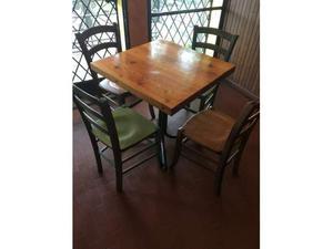 Tavolo in legno con 4 sedie colorate
