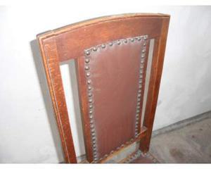 Vecchia ed antica sedia in legno e cuoio