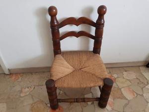 Antica piccola sedia legno e paglia