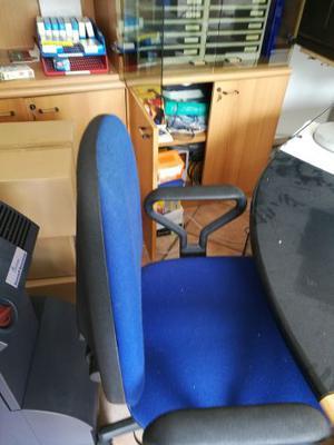Vendo scrivanie con poltrone e mobili da ufficio posot class for Mobili da ufficio