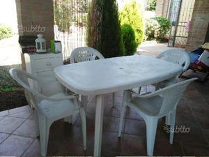 Tavolo in plastica con 4 sedie