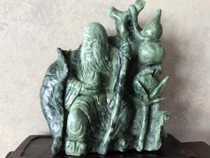 Antichità scultura di santone cinese in alabastro verde