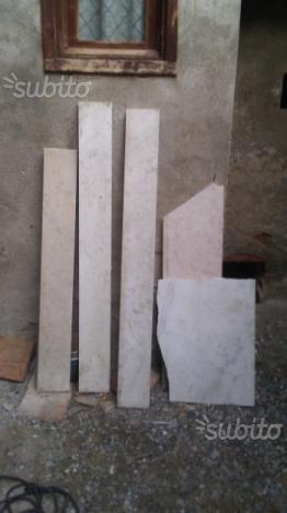 9 lastre in marmo ed una in pietra