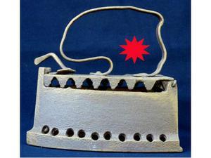 Ferro da stiro antico a caldaia in ghisa apribile