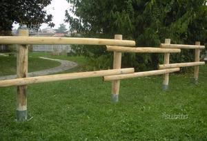 Pali in legno castagno scortecciato per recinzioni