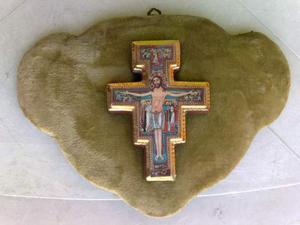 Vecchia croce in ceramica su pannello di velluto