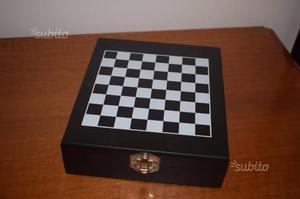 Scatola di scacchi con set da vino