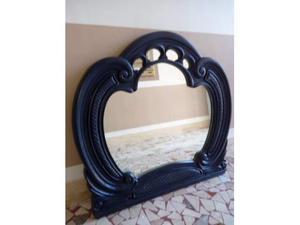 Bel specchio ampio con bella cornice in legno massiccio
