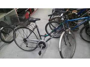 Bicicletta donna viola con cestino dieto