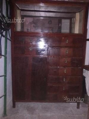Mobile antico vintage con vetrinetta e cassetti