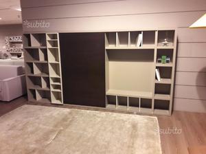 Parete soggiorno a libreria con anta scorrevole posot class - Parete attrezzata con porta scorrevole ...