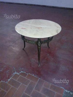 Tavolino tondo in marmo di onice e gambe in ottone