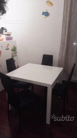 Tavolo bianco quadrato e poltroncine