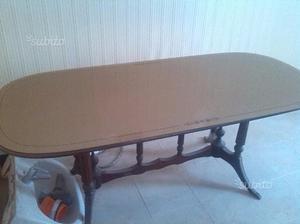 Tavolo e letto singolo con doghe in legno