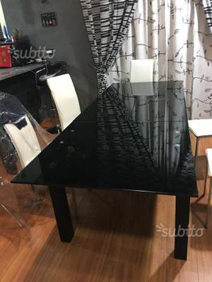 Tavolo in vetro nero lucido