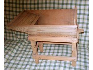 Lavatoio in legno con supporto.