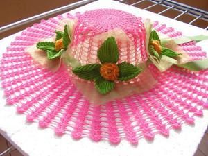 Cappello ornamentale lavorato all' uncinetto.
