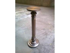 Colonna in legno con lampada d'epoca