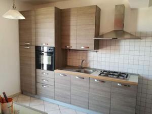 Cucina grigio effetto legno più tavolo in vetro
