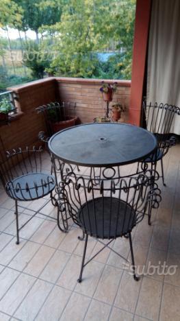 Tavolo e 4 poltrone in ferro battuto
