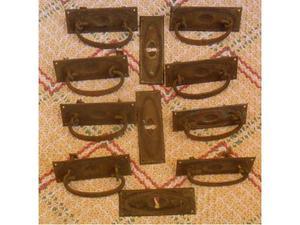 8 antiche maniglie e bocchette in ottone e ferro per mobili