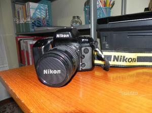 Fotocamera analogica reflex con obiettivo