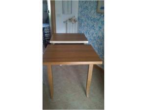 Tavolo allungabile con sedie.