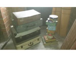 Valige di cartone e scatole di latta