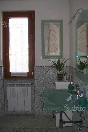Lavabo e specchio in cristallo verde-acqua