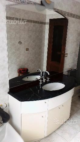 Mobile bagno con top in marmo nero + specchio