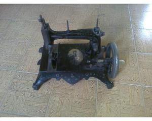 Antica macchina da cucire da tavolo