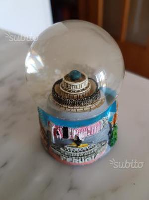 Sfera palla di vetro con la neve souvenir perugia