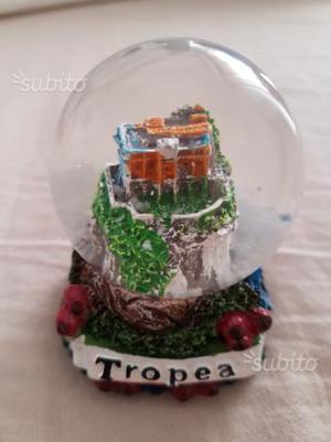 Sfera palla di vetro con la neve souvenir tropea