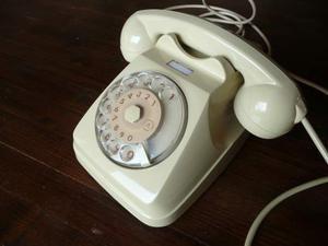 Vecchio telefono a disco color panna