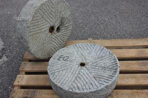 Vecchia coppia di ruote di macina in pietra 03