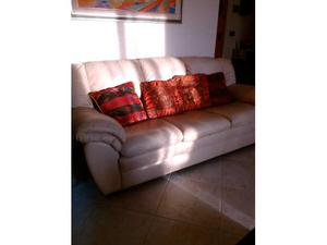 Due divani in pelle chiara di tre e due posti