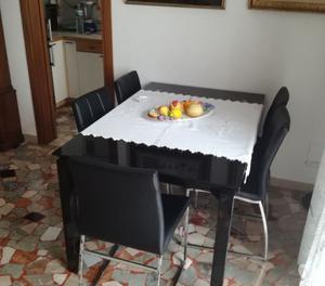 Soggiorno composto da mobile e tavolo