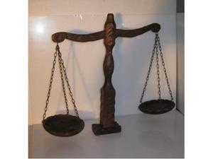 Bilancia in legno intarsiato alta 50 cm