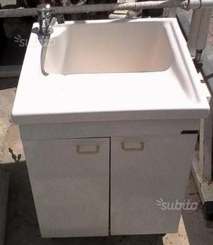 Lavandino con mobile e rubinetto in ottone
