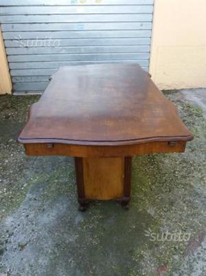Tavolo con tre sedie