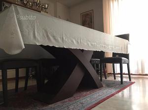 Tavolo in vetro con base di legno
