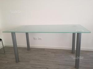 Tavolo in vetro con tre sedie imbottite