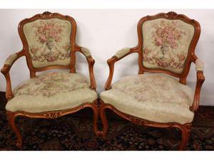 Coppia di poltrone sedie in stoffa ricamata stile Luigi XV