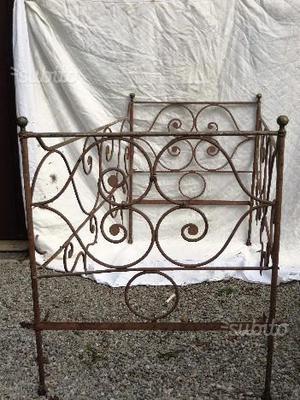 Letto in ferro battuto antico o divanetto