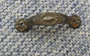 Piccola e antica maniglia in ottone lavorato per m