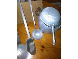 Vecchi oggetti casalinghi in allumino