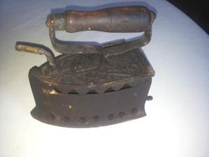Antico ferro da stiro a carbone in ghisa con manico in legno