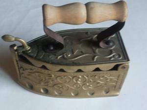 Antico ferro da stiro a carbone, finemente decorato